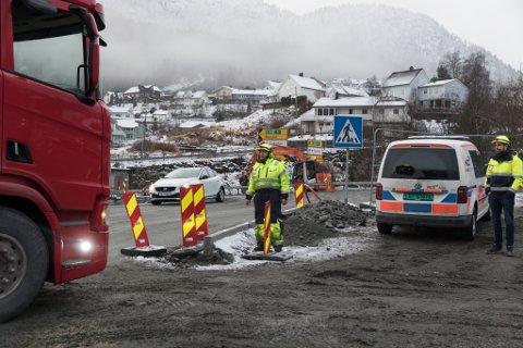 VANSKELEG TID: No gjeld det å skaffe anleggsbransjen oppdrag, meiner Alfred Bjørlo og Venstre. Dette biletet er frå arbeidet på Fv 609 ved Askvollkrysset i Førde.