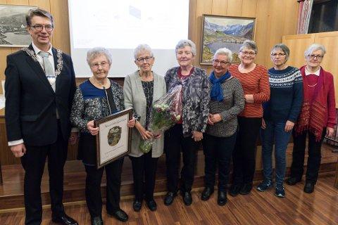 STOLTE FRIVILLIGE: Ordførar Håkon Myrvang overrekker prisen til Astrid Svoen, Martha Søbak, Magnhild Holmeset, Greta Dale, Bjørg Meek, Svanhild Heimtun og Grete Vinsrygg.
