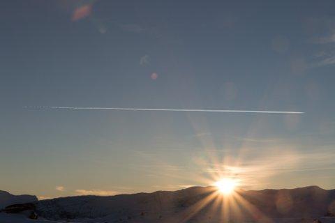 OVER FJORDEN: Sporet etter eit fly over Førdefjorden fotografert frå vinterfjellet tysdag ettermiddag.