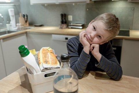 FØRDE: Theodor Eliassen Fink (9) viser fram bøtta der han samlar plast.