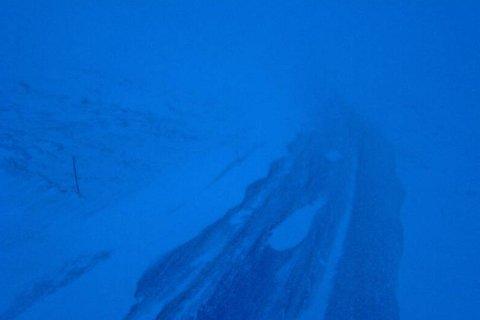HEMSEDALSFJELLET: Slik ser det ut på fjellovergangen klokka 08.45 søndag moron. Her er det no kolonnekøyring.