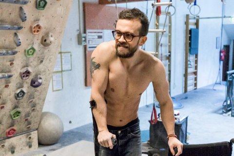 KASTA KRYKKENE: Torgeir Haugen Tysse (31) har kasta både rullestol og krykker, trass fagfolk sine prognosar.