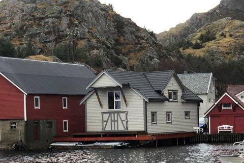 FLORA: Denne sjøbua i Rognaldsvåg er eit nybygg, ikkje ein rehabilitering, i følge ein rapport frå Flora kommune.