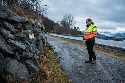 MINNEST DEI OMKOMNE: Ordførar Alfred Bjørlo var på ulukkesstaden fredag.