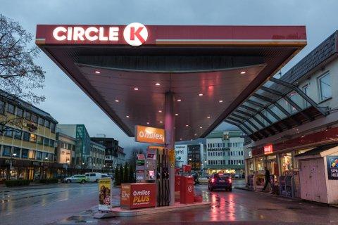 MÅ SONE: Mannen fylte drivstoff til privat bruk hos Circle K  i Førde. Problemet var at han drog firmakortet. No må mannen sone for dette og ei valdshending.