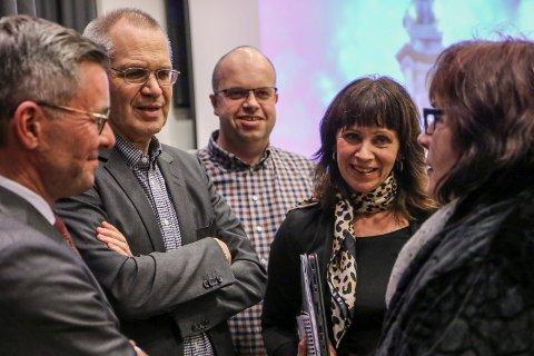 FULL SEMJE: Advokatfirmaet Lund & Co, her representert ved Ulf Larsen (t.v) får brei oppslutnad i fylkestinget. På bildet elles ser vi fylkesrådmann Tore Eriksen og senterpartipolitikarane  Sigurd Reksnes, Jenny Følling og Gunn Sande.