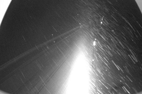 TETT SNØDREV: Bildet viser Vestredalen på fv. 50 Aurland – Hol søndag kveld. Vegtrafikksentralen melder at dette er ei av vegstrekningane som kan bli stengt på kort varsel natt til måndag.