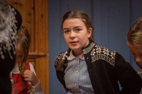 SKODESPELAR: Ingeborg Eikebø Stang er ein av skodespelarane når Stangfjord teater har premiere i den 100 år game skulen i Stongfjorden søndag.