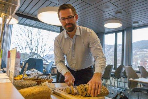 GJEV IKKJE OPP: Torbjørn Vereide (Ap) fremma forslaget om å ha ei prøveordning med gratis skulefrukost neste haust. Med litt under halvparten av stemmene, vart forslaget nedstemt. – Vi vil framleis jobbe beinhardt for å få til gratis skulefrukost uansett, seier Vereide.
