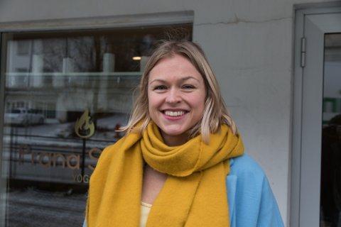 YOGAINSTRUKTØR: Katja Anne Nielsen framfor yogastudioet  «Prana Shala» i Førde då ho opna i fjor.