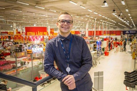 DRIFTSSJEF: Fredrik Iversen har begynt som driftssjef for Coop Marked i Coop Nordvest-konsernet, og har ansvaret for 21 butikkar. Her på veg til kontoret sitt på Extra-butikken i Førde.