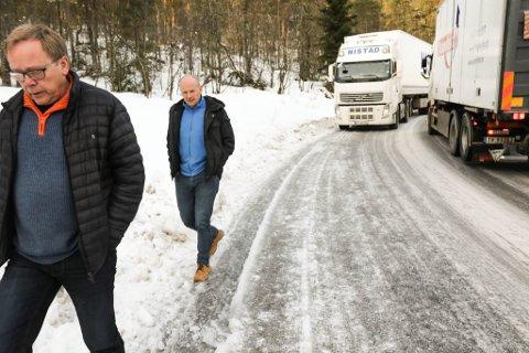 HALBRENDSLIA: Arne Nistad (nærast kamera) meiner transportflaskehalsen ved Førde må erstattast med tunnel snarast råd. Biletet er teke i 2018, då han og fabrikksjef Eivind Fonn i Nortura saman åtvara om den farlege strekninga.