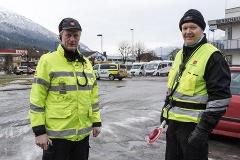 VIL INFORMERE: Terje Nygård (t.h), her på kontroll i Hafstadvegen med kollega Geir Leon Hetle.