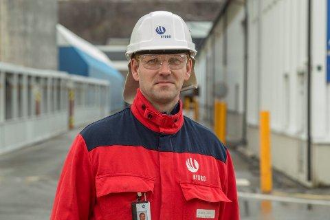 TENAR GODT: Hydro Aluminium i Høyanger tente 53 millionar kroner før skatt i fjerde kvartal. Fabrikksjef Stian Tangen er nøgd med resultata.