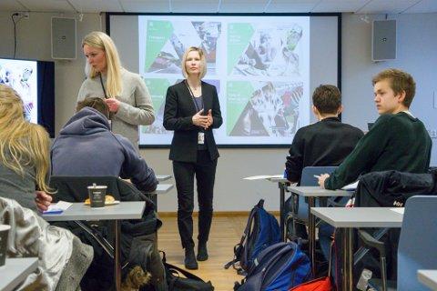 TETT OPPFØLGING: Kurshaldarar Janka Helene Nedreberg og Dagfrid Vallestad Brevik lærer elevane sunn privatøkonomi.