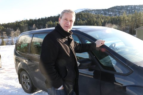BILIST: Ordførar Olve Grotle får kritikk for at han som tilhengar av Førdepakken, har kjøpt elbil som køyrer avgiftsfritt gjennom bommane. Denne dagen brukte han ein av familien sine to bompengepliktige bilar.