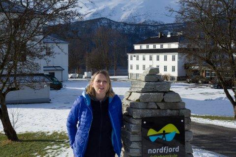 REKTOR: – Det viktigaste for oss no er at eleven blir godt teken vare på, seier rektor Hildegunn Gjesdal Tennebø ved Nordfjord Folkehøgskule.