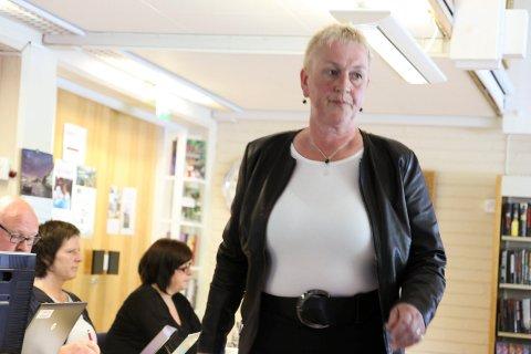 VENTAR MED NAMNA: – Det er viktig at dette første valet går greitt føre seg, seier Ragnhild Sæle (Ap), her fotografert under eit kommunestyremøte i Jølster.