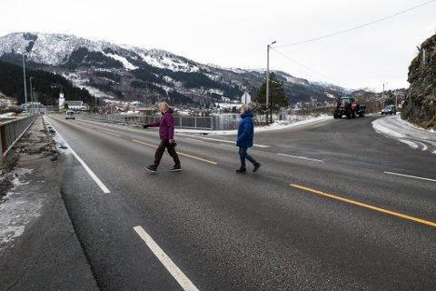 ENDRA: Folk, inkludert Eidis Marie Vårdal og Aud Else Nybø på bilde, har lenge etterlysrt lågare fartsgrense på rikseveg 5 i Naustdal. No er det på plass.