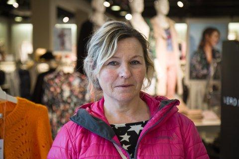 HANDEL: Ingrid Endestad er oppteken av å støtte lokalbutikkane framfor å handle på nett.