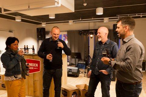 FØRSTE SMAK: Det vart prøvesmaking av bær-ølet på verdspremiera i helga. Frå venstre: Anne Lise Birkeland, Torgeir Hofsvik, dagleg leiar av bryggeriet Rolf Risnes og Svein Arild Dale.