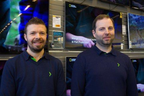 NY JOBB: Noverande varehussjef Arild Russenes (t.v.) ved Elkjøp i Førde har fått ny jobb, så no jaktar dei ny sjef. Til høgre står dagleg leiar Espen Loe Haukedal i Elkjøp Fjordane AS.
