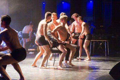 MÅTTE OPP PÅ SCENA: Under onsdagens premiere på Hafstadrussen sin revy «99 Problems» gjorde gutane ein ny vri med å invitere opp jenter under strippedansen sin. Her er Mathias Berge, Arnfinn Strømsli Hallanger, Daniel Midtbø, Nathaniel Hovland og Oddne Kvammen i aksjon.