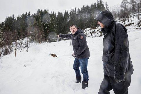 FRÅ SYNFARINGA: Her er Stian Grimseth (t.v.) saman med Oddbjørn Schei under synfaring i januar.