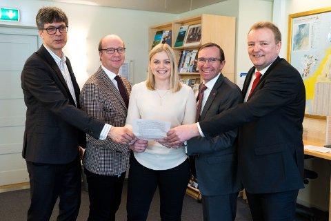 ACER-SEMJE: Her er avtalen signert. Frå venstre Per Espen Stoknes (MDG), Ketil Kjenseth (V), Tina Bru (H), Espen Barth Eide (Ap) og Terje Halleland (Frp).