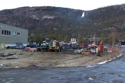Naboar har varsla Gloppen kommune om støy og det dei trur er forureina restvatn frå reinhald av maskinar og køyretøy.