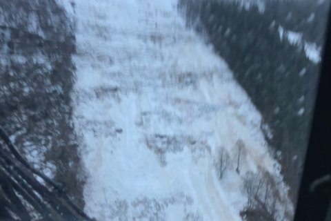 STORE KREFTER: Bildet er tatt frå redningshelikopteret som no jobbar i rasområdet ved Hornindalsvatnet.