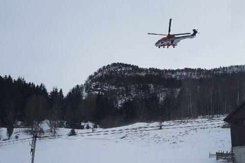 HENTA: Eit helikopter frå Florø vart sendt for å hente personen. Skadeomfanget er enno ukjent.