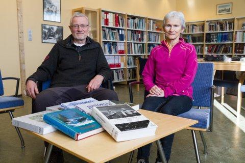 NOKO MANGLAR: Arne Aasland og Karen Hornnes i Førde historielag seier Førde manglar ei allmennsoge. Fleire av nabokommunane har sine på plass.