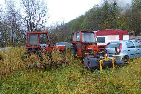 MÅ FJERNAST: Gaular kommune har pålagt grunneigaren å fjerne bilvrak og traktorar frå bøen. Bildet er henta frå kommunen sin synfaringsrapport på hausten 2017.