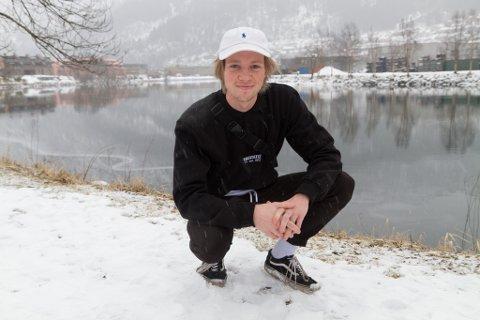 TRAPPAR OPP KLESSATSINGA: Førdianaren Simen Kongsvik har flytta heim etter studier i Bergen, og trappar opp satsinga på klesmerket han starta på hobby i 2013: «Wizard co.»
