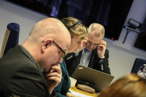 UROLEGE: Fylkespolitikarane fryktar konsekvensane av redusert postombering. F.v. Hilmar Høl og Åshild Kjelsnes (begge Ap), og fylkesrådmann Tore Eriksen.