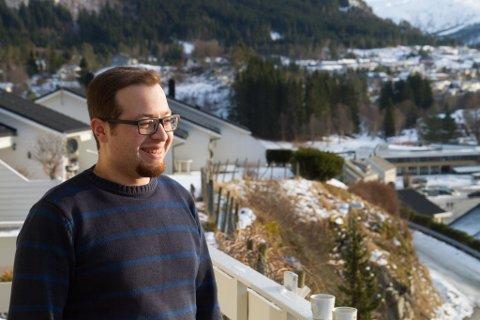 SYRAR PÅ SANDE: Mahmoud Falaha (24) likar seg i den vesle bygda, men han saknar norske vennar å henge med.