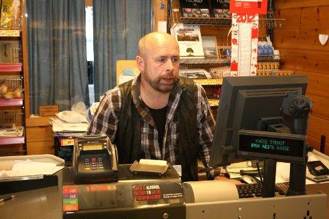 LEVANDE REDD:  Butikkdrivar Hans-Jacob Sunde er redd butikken hans vil forsvinne som tilbod i bygda, dersom Merkur-programmet blir lagt ned.