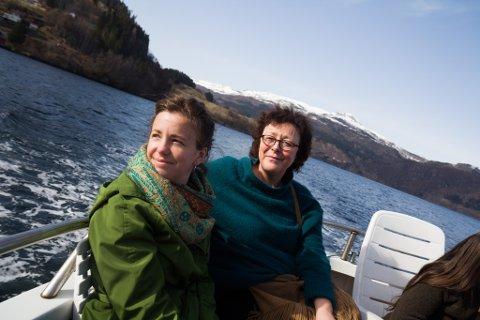 SYNFARING: Ellen Moore saman med Anne-Line Thingnes Førsund på synfaring i Førdefjorden.