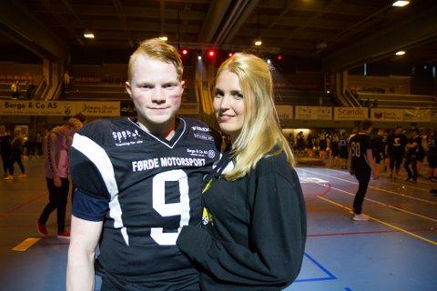 FØRSTE MØTE: Benjamin Bruflot Teigen og Nederlandske Lauri Pronk blei kjent gjennom spel på internett. På laurdag besøkte Pronk Førde for å få med seg Rockne Bowl i Førdehuset.