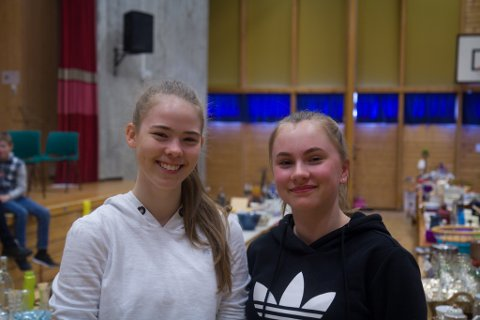TIL BRIGHTON: Id-Sofie Østenstad (15) og Maja Skovro (14) gler seg til dei skal til Brighton på korpstur.