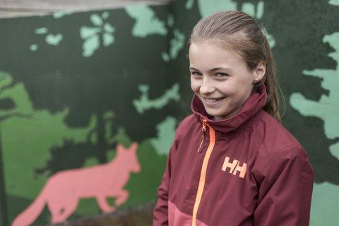 DYR KAN BLI SKADA: Mari Grønli (11) skreiv brev til ordføraren med bøn om at Førde kommune forbyr heliumsballongar på 17.mai, fordi dei forsøplar naturen og brukar opp verdifullt helium.