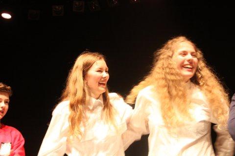 VANN SIN DIVISJON: Elise Marie Mallasvik Røren og Nora Marie Hesjedal tar i mot prisen for førsteplass i 3. divisjon Brass.