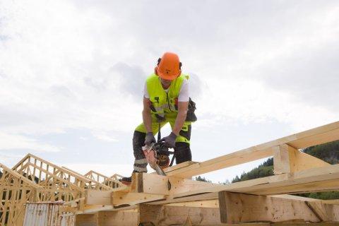 FÆRRE LEDIGE: Det er størst nedgang i arbeidsløysa innan industri og bygg og anlegg. (Illustrasjonsbilete)