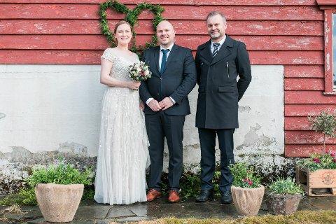 GODT GIFT: Brudeparet Anne Lise og Torbjørn Rivedal Orheim med ordførar og vigslar Ola Teigen.