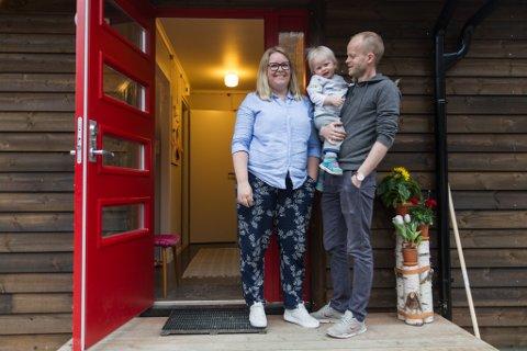 VELKOMMUNEN INN: Hedda Håberg og Andreas Hjelset Håberg har gjort ein enormt oppussingsjobb på 60-talshuset sitt i Hagelia. Her med Sølve (2), den yngste av dei tre borna deira.