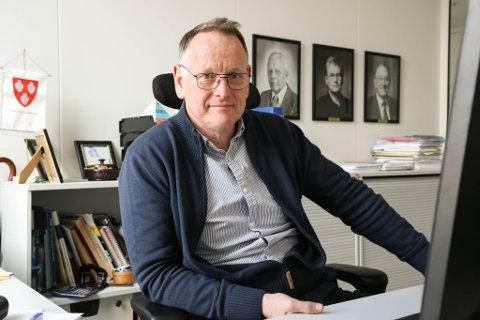 TO FEKK JA: Ole John Østenstad, prosjektleiar for Sunnfjord kommune, tilrår å bygge fotballhall og symjeanlegg.