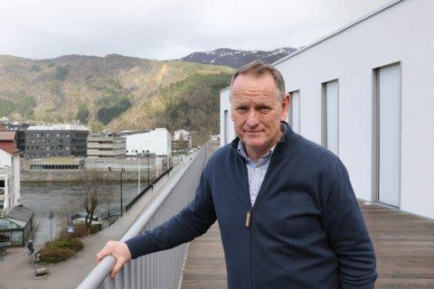 UTFORDRING: Ole John Østenstad, kommunedirektør Sunnfjord kommune, seier dei står overfor ei stor utfordring no som over hundre tilsette er tekne ut i streik.