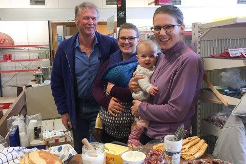BUTIKK OG KAFE: Reidar Størdal har drive butikk i Holmedal i ein mannsalder. No har han sluttsal i butikken i samarbeid med Holmedal ungdomslag, som har kafe. På bildet: Reidar Størdal, Hildegunn Sagosen og Heidi Furevikstrand som har med seg vesle Leonora.