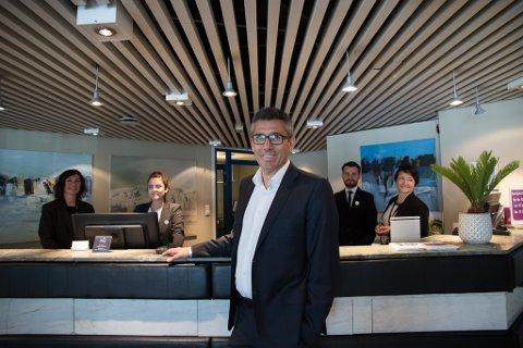 RIS OG ROS: Gjestane ved Scandic Sunnfjord Hotel&Spa er blanda i sine tilbakemeldingar. Her er direktør Odd Erik Gullaksen.